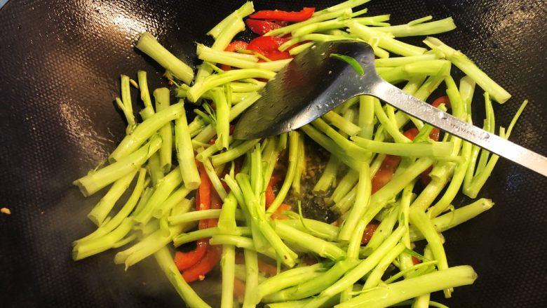 腐乳蒜蓉空心菜,先下空心菜杆翻炒片刻。