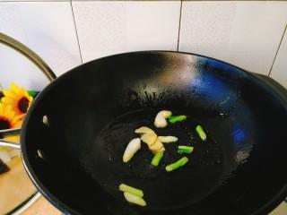 家常菜+爆炒蛏子,将葱白,姜片爆香