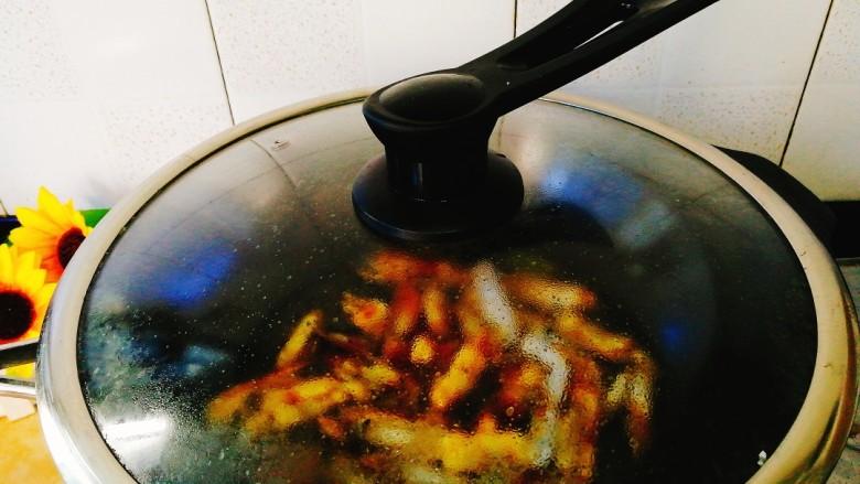 家常菜+爆炒蛏子,中小火慢慢收汁,蛏子煮熟即可,时间5~8分钟,不宜太久