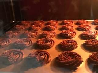 可可曲奇,放入预热好的烤箱180度烤20分钟。