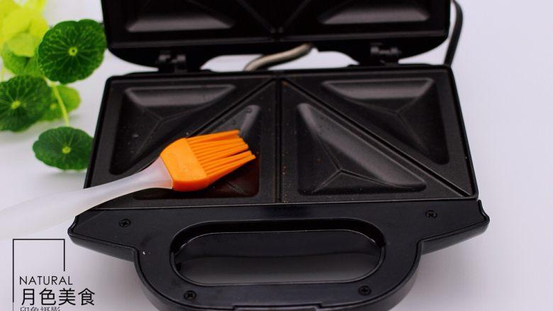 快手早餐三明治🥪,<a style='color:red;display:inline-block;' href='/shicai/ 4091'>三明治</a>早餐机用硅胶刷刷上少许食用油