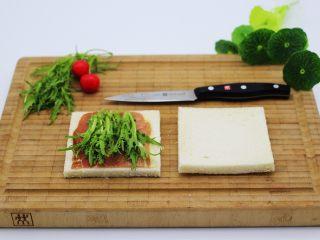 快手早餐三明治🥪,再放入洗净后的苦苣、用苦苣叶就可以了、茎可以蘸酱吃