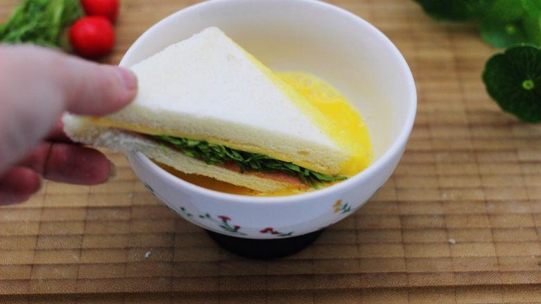 快手早餐三明治🥪,把切好的土司片放入蛋液中裹匀