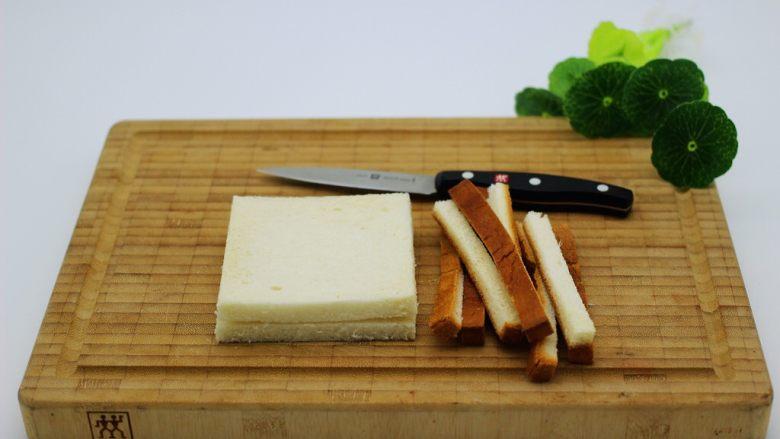 快手早餐三明治🥪,用刀把土司边边切掉备用