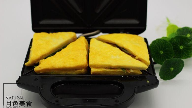 快手早餐三明治🥪,把裹好蛋液的三明治放入机器中加热