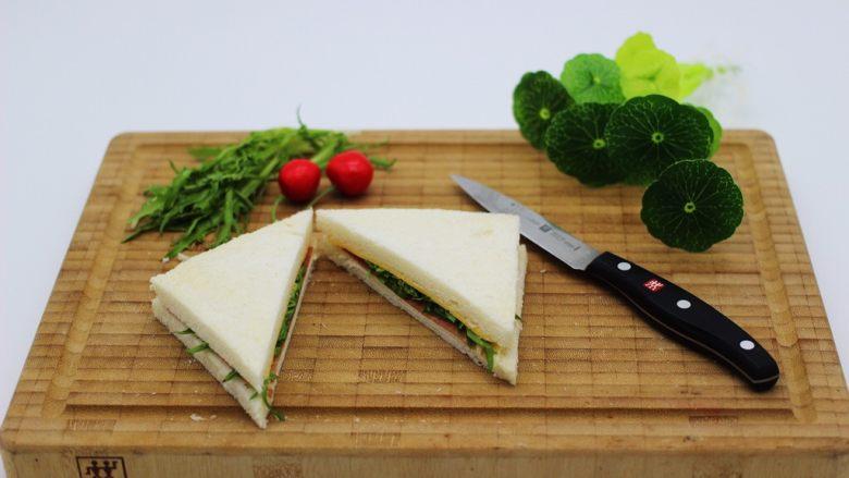 快手早餐三明治🥪,用刀切成三角形形状、如图