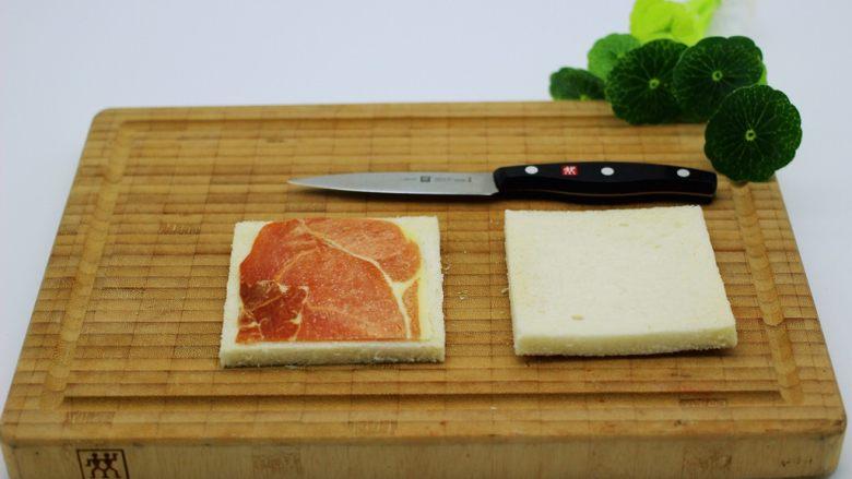 快手早餐三明治🥪,培根切成两半、把其中一半放到土司片上