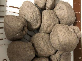 粗粮馒头,分成大小均匀的小面团