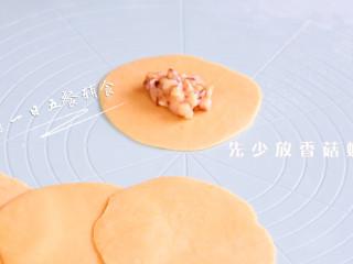 四喜蒸饺,松弛好,擀饺子皮,先少包些香菇虾泥馅。