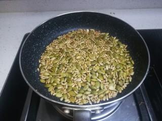 春天下午茶-抹茶雪花酥,炒到色泽金黄,出来香味就可以啦,不要炒糊了哦!炒完后再倒回小碗中。
