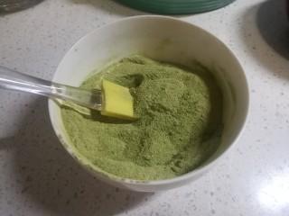 春天下午茶-抹茶雪花酥,将全部的奶粉和抹茶粉混合均匀待用。