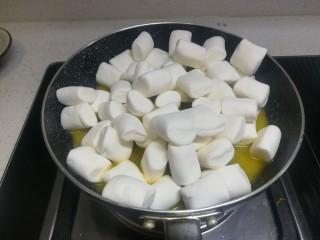 春天下午茶-抹茶雪花酥,把棉花糖放进融化的黄油中,还是小火哦,将棉花糖融化!