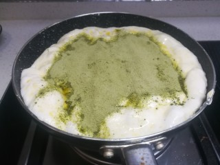 春天下午茶-抹茶雪花酥,将碗里三分之二的抹茶奶粉倒入锅中,用20秒以内的速度搅拌均匀!一定要快啊,不然雪花酥就太硬啦!