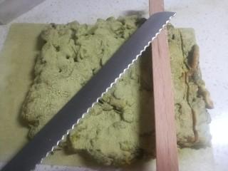 春天下午茶-抹茶雪花酥,晾到温的时候我们用最好是面包刀,把雪花酥锯开,不要等完全凉了再锯啊,那样的话你会觉得自己是一个木工!锯成你喜欢的大小,当然你不锯开整个儿啃着吃我也不反对!