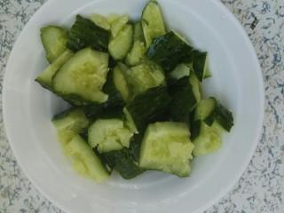凉拌拍黄瓜,切成块