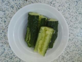 凉拌拍黄瓜,用刀拍一拍
