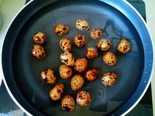茄汁鹌鹑蛋,鹌鹑蛋清洗干净,放入锅里煮熟