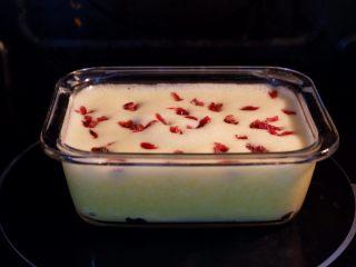 宝宝辅食—蔓越莓山药糕,冷水放入锅中,大火蒸20分钟。