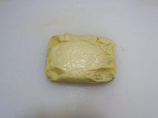 宝宝辅食—蔓越莓山药糕,熟透取出倒扣脱模,撕去底部的油纸