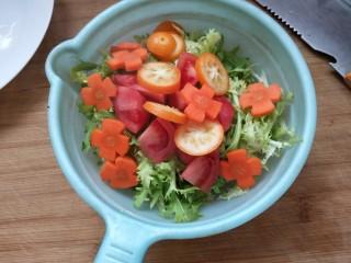 凉拌果蔬苦菊,捞出放在菜上