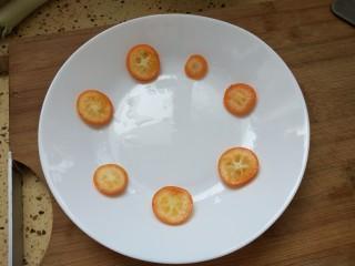 凉拌果蔬苦菊,也可以把金桔摆在盘子里