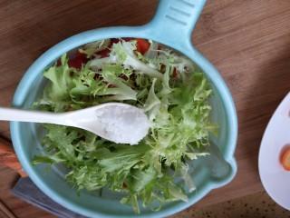 凉拌果蔬苦菊,加入盐和适量糖