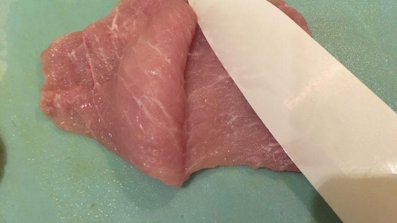 起司猪排,猪里脊肉平放,从中间横切一刀,切到底不要断。