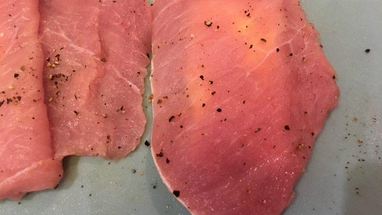 起司猪排,再将肉片右边覆盖上去,贴紧,让她稍微腌入味