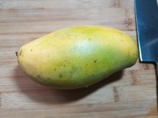 芒果酸奶杯,取一只新鲜的芒果。也可以用其他的水果来代替。