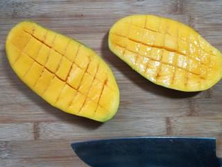芒果酸奶杯,用刀划十字口。