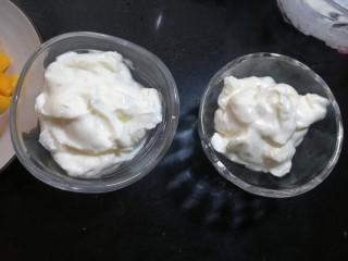 芒果酸奶杯,在杯子中放入冷藏过的酸奶。这时候的酸奶非常的浓稠。
