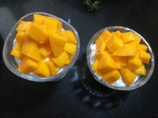 芒果酸奶杯,放上切好的芒果丁。