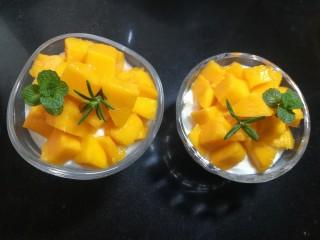 芒果酸奶杯,放些薄荷叶、迷迭香来装饰。