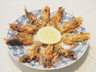 清炒蚕豆香菇虾,剥去的虾壳和虾头也别扔掉浪费。洗净后,虾壳可以熬粥,虾头再做个开胃小菜,在锅里倒点油,煎熟即可,吃的时候撒点海盐或挤上柠檬汁,香脆口感.