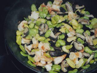 清炒蚕豆香菇虾,在一个炒锅中加入橄榄油,用中高火热油,放入腌好的虾仁翻炒片刻,加入备用的蚕豆和香菇,翻炒均匀,撒上少许盐,炒熟即可。