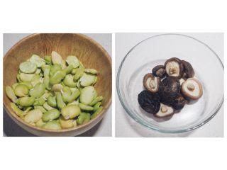 清炒蚕豆香菇虾,在一个炖锅或汤锅里,倒入水煮开,将新鲜蚕豆去皮掰成两半,干香菇提前冷水泡发好后,烫至断生捞起备用。香菇切丝。
