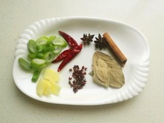 糖醋排骨,准备好桂皮,八角,花椒,香叶,干辣椒,葱姜切片。