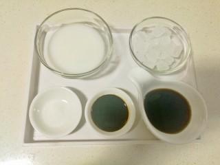 糖醋排骨,准备好冰糖,醋,生抽,盐和水淀粉备用。(冰糖和醋的比例为2:1)
