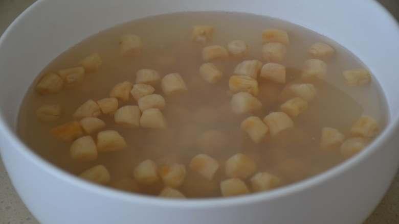干贝玉米萝卜汤,泡发好的干贝,涨至两倍大。水微黄。