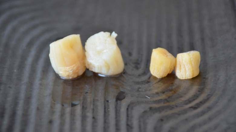 干贝玉米萝卜汤,图片左侧是泡发好的干贝,右侧是未泡发的,大家可以比较一下泡发前后的变化。