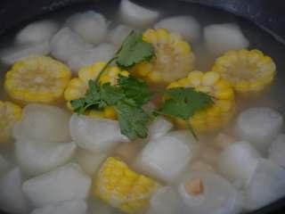 干贝玉米萝卜汤,出锅前放<a style='color:red;display:inline-block;' href='/shicai/ 131/'>香菜</a>叶点缀一下。 注意:这道菜要的就是原汁原味,全程不加油和盐,如果觉得味道太淡,可以少放点香油提味,不要再加任何的调料。