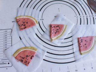 辅食计划 西瓜馒头,切好的西瓜分别混合放入油纸上,静置10分钟后,冷水上锅蒸25分钟,关火之后等2分钟再开锅盖,取出即可食用。