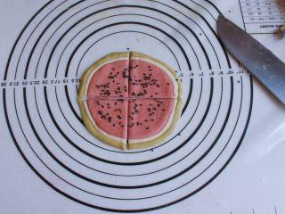 辅食计划 西瓜馒头,用刀切成4份,然后用同样的方法做完其他的面团。
