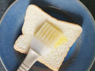 香肠三明治,然后把黄油刷到土司上面