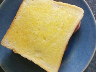 香肠三明治,再盖上一片土司