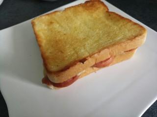 香肠三明治,烤好的三明治,有点焦脆