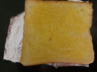 香肠三明治,放烤盘上
