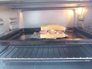 香肠三明治,入烤箱,200度上下火,烤10分钟