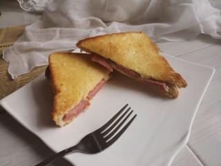 香肠三明治,切开吃