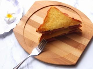 香肠三明治,香肠的香加上芝士的香,再配上黄油的香,香的引人犯罪哈哈!